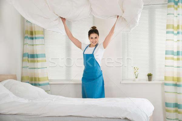 Feminino governanta cama feliz jovem quarto Foto stock © AndreyPopov