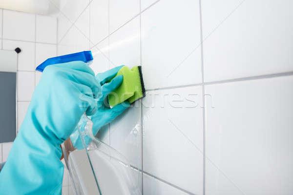 Persoon schoonmaken betegelde muur dienst Stockfoto © AndreyPopov