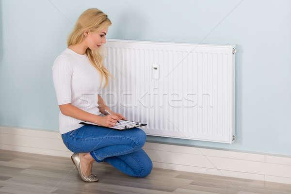 Nő vágólap digitális termosztát fiatal nő lemezek Stock fotó © AndreyPopov