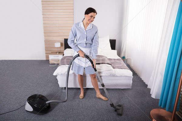 Huishoudster schoonmaken tapijt stofzuiger gelukkig jonge Stockfoto © AndreyPopov
