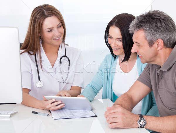 Foto stock: Médico · digital · comprimido · paciente · feliz