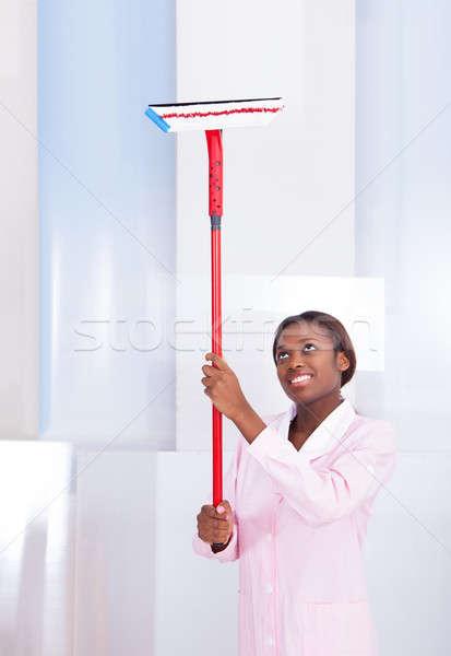 Házvezetőnő takarítás üveg hotel mosolyog afroamerikai Stock fotó © AndreyPopov