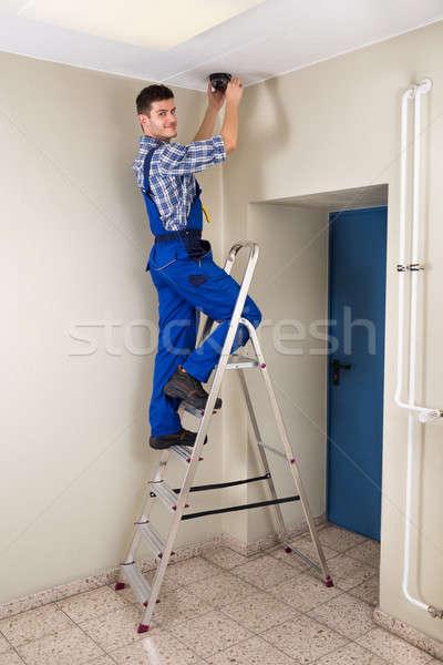 Técnico cctv câmera masculino em pé homem Foto stock © AndreyPopov