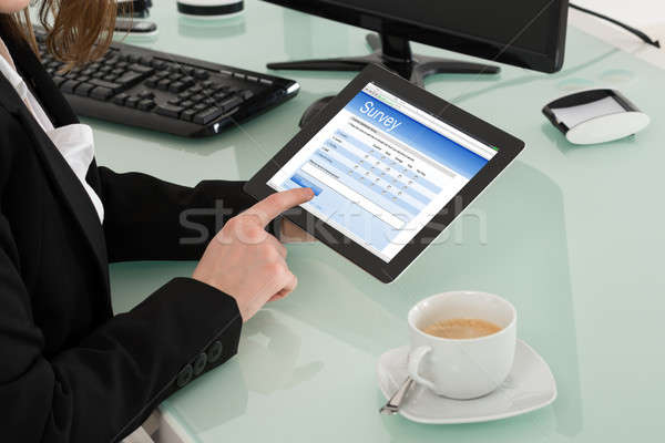 Kobieta interesu nadzienie online badanie formularza cyfrowe Zdjęcia stock © AndreyPopov