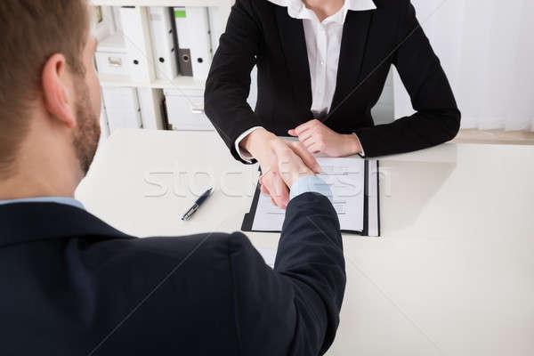 Imprenditrice stringe la mano uomo primo piano ufficio carta Foto d'archivio © AndreyPopov