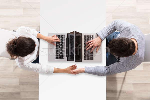 Pár laptopot használ asztal magasról fotózva kilátás ül Stock fotó © AndreyPopov