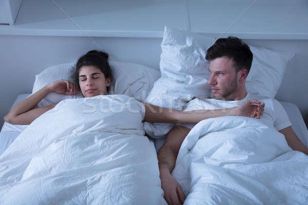 Zangado homem olhando esposa adormecido cama Foto stock © AndreyPopov