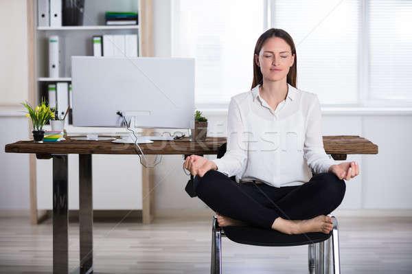 Foto stock: Mujer · de · negocios · meditación · jóvenes · sesión · silla · oficina