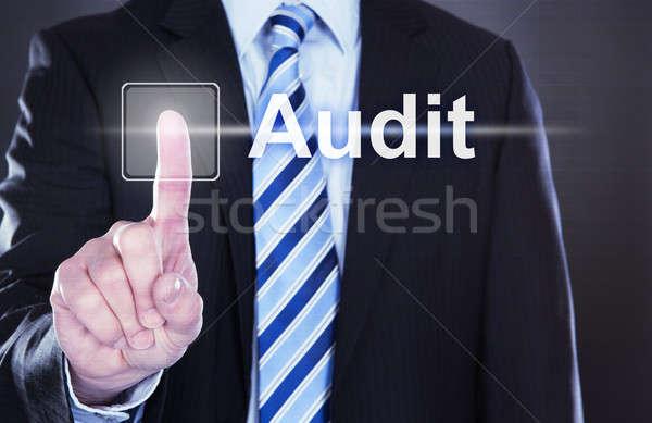Empresário tocante auditar botão virtual tela Foto stock © AndreyPopov