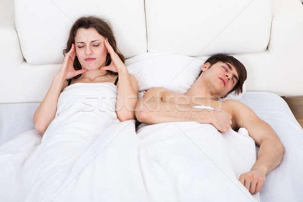 Vrouw lijden hoofdpijn man snurken bed Stockfoto © AndreyPopov