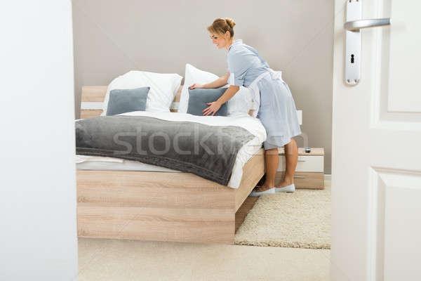 Genç hizmetçi yastık yatak güzel otel odası Stok fotoğraf © AndreyPopov
