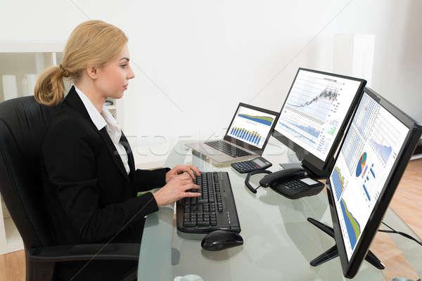 Mujer de negocios de trabajo estadística datos ordenador jóvenes Foto stock © AndreyPopov