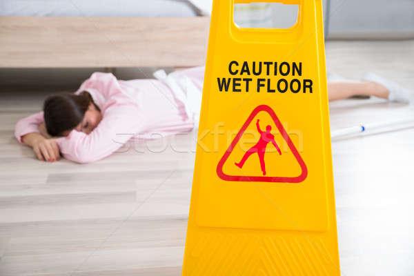 Molhado piso assinar governanta casa Foto stock © AndreyPopov