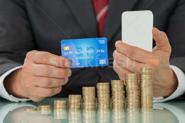 Zakenman creditcard smartphone munten Stockfoto © AndreyPopov