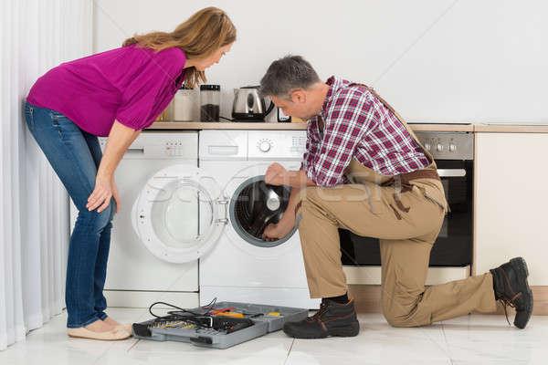 Machine à laver femme regarder cuisine travailleur Photo stock © AndreyPopov