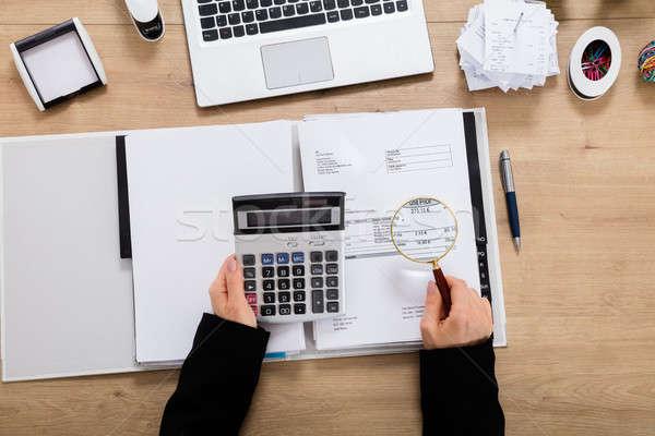 Zakenvrouw vergrootglas revisor factuur belasting Stockfoto © AndreyPopov