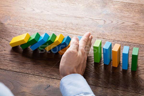 Persoon hand vallen houten bureau Stockfoto © AndreyPopov