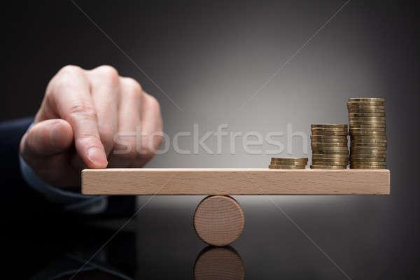 Ujj egyensúlyoz egymásra pakolva érmék hinta közelkép Stock fotó © AndreyPopov