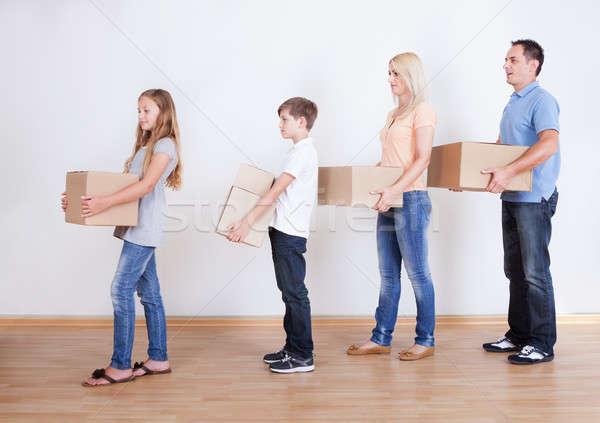 Szülők kettő gyerekek karton dobozok bent Stock fotó © AndreyPopov