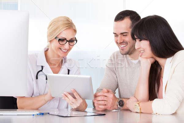 Foto stock: Feliz · médico · discutir · casal · clínica · mulher