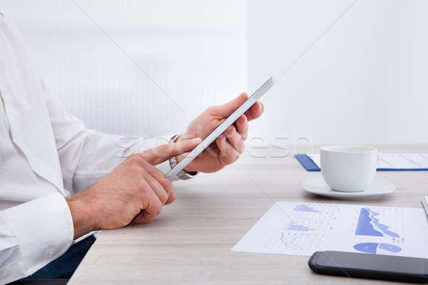 üzletember digitális tabletta közelkép kéz asztal Stock fotó © AndreyPopov