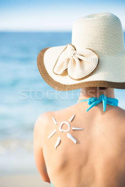 Mulher sol protetor solar de volta Foto stock © AndreyPopov