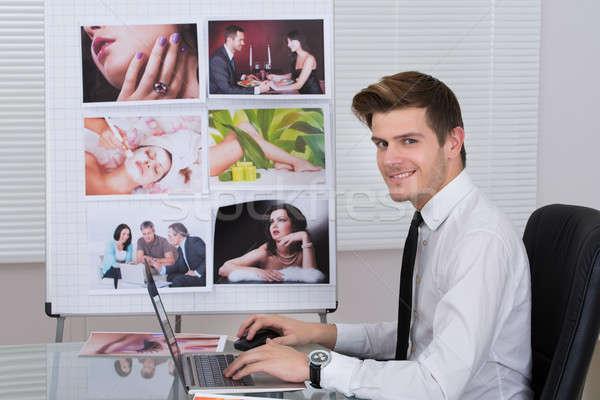 Fotó szerkesztő laptopot használ asztal oldalnézet fiatal Stock fotó © AndreyPopov
