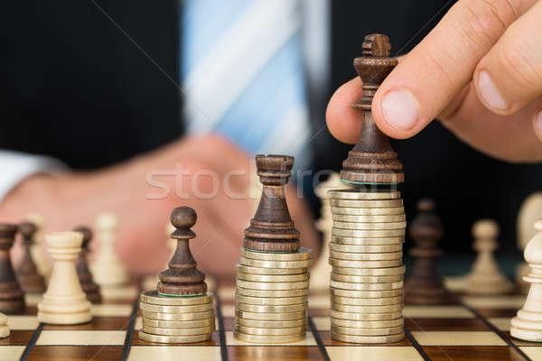 Empresario piezas de ajedrez monedas oficina mano Foto stock © AndreyPopov