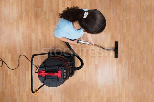 Nő takarítás padló porszívó magasról fotózva kilátás Stock fotó © AndreyPopov