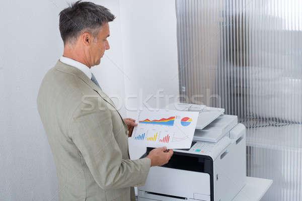 Geschäftsmann schauen Papier Graphen Farbe Drucker Stock foto © AndreyPopov