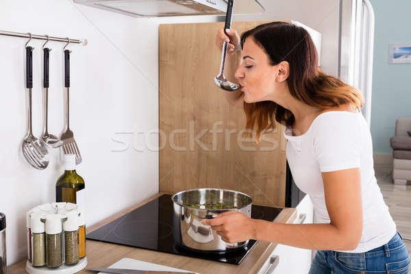 Kadın tatma gıda mutfak genç kadın çorba Stok fotoğraf © AndreyPopov
