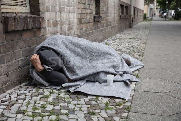 Hajléktalan férfi alszik utca fedett pléd Stock fotó © AndreyPopov