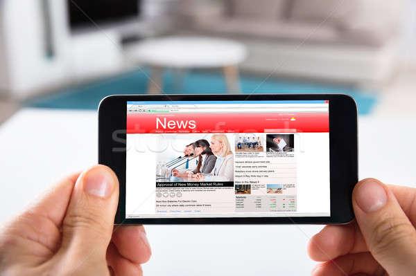 Persoon mobiele telefoon online nieuws Stockfoto © AndreyPopov