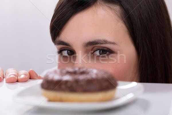 Genç kadın bakıyor tatlı çörek plaka kadın Stok fotoğraf © AndreyPopov