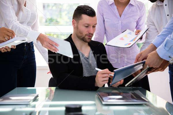 Zakenman ondertekening document kantoor collega's vrouw Stockfoto © AndreyPopov