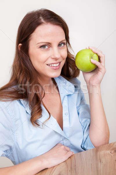 Kobieta soczysty zielone jabłko uśmiechnięty zdrowych Zdjęcia stock © AndreyPopov