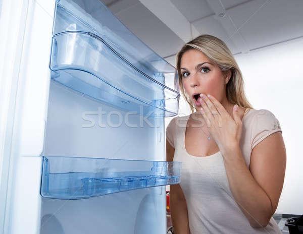 Mulher olhando vazio geladeira foto mulher jovem Foto stock © AndreyPopov
