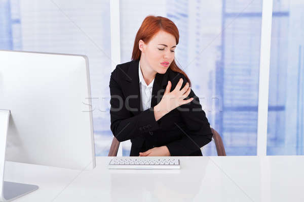 Zakenvrouw schouderpijn computer bureau jonge werken Stockfoto © AndreyPopov