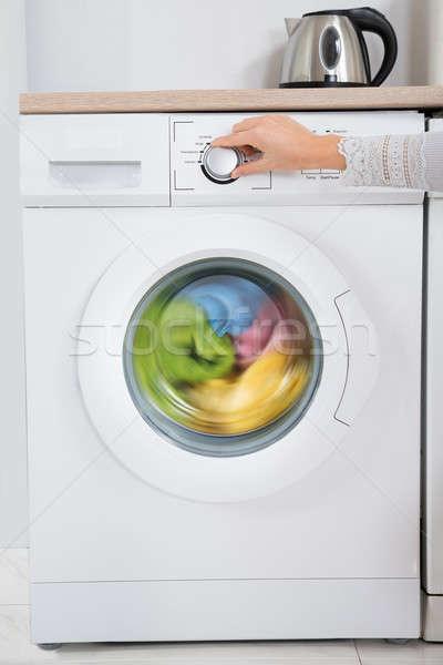 Személy kezek gomb mosógép közelkép eszköz Stock fotó © AndreyPopov