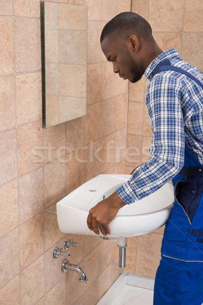 Stockfoto: Mannelijke · loodgieter · wastafel · badkamer · zijaanzicht