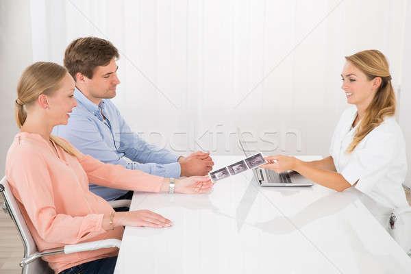 Casal olhando ultra-som esquadrinhar relatório médico Foto stock © AndreyPopov