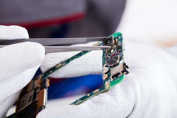 Technikus javít mobiltelefon közelkép kéz sérült Stock fotó © AndreyPopov