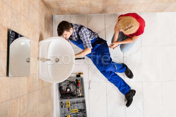 Giovani maschio idraulico sink bagno Foto d'archivio © AndreyPopov
