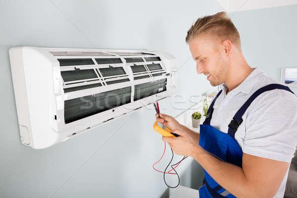 Electricista acondicionador de aire masculina digital hombre feliz Foto stock © AndreyPopov