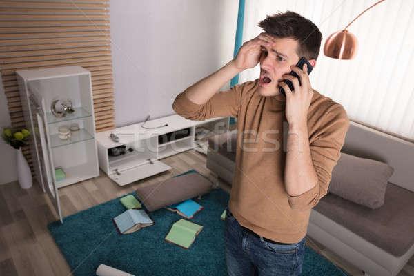 Hombre hablar teléfono robado televisión preocupado Foto stock © AndreyPopov