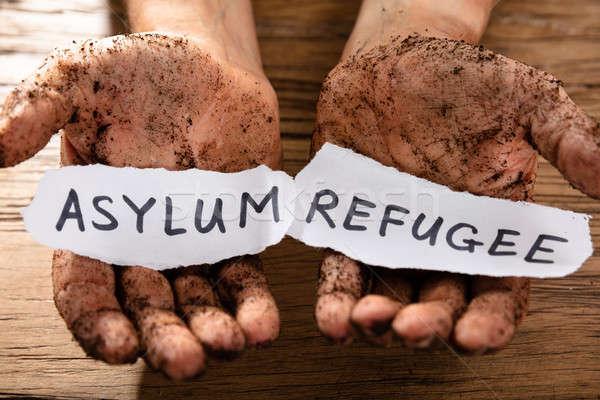 Man stukken papier tonen vluchteling woord Stockfoto © AndreyPopov
