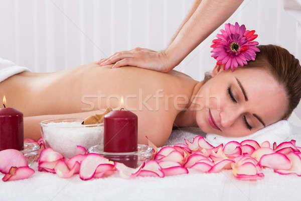 Foto stock: Mulher · tratamento · de · spa · belo · mulher · jovem · salão · flor