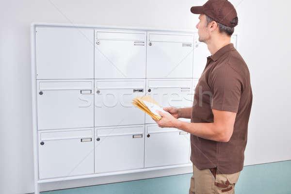 Zdjęcia stock: Listonosz · litery · poczty · portret · dojrzały · człowiek