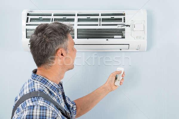 Ar condicionado remoto técnico trabalhar Foto stock © AndreyPopov