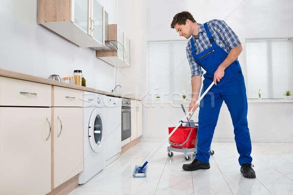 ストックフォト: ワーカー · 階 · キッチン · 小さな · 男性 · ホーム